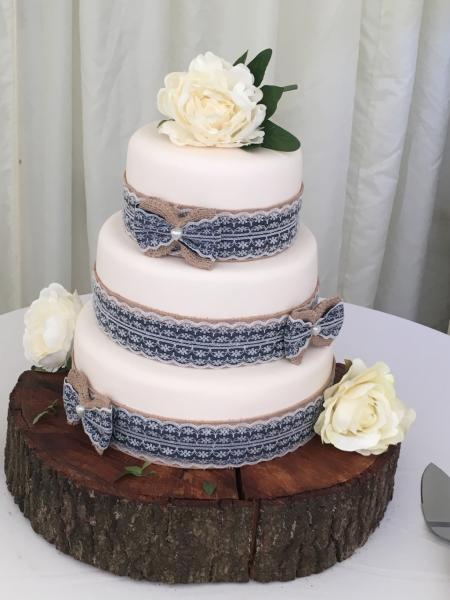 Hessian-and-Lace-Wedding-Cake
